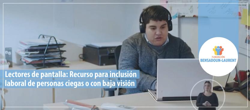 Imagen compuesta por texto de lector de pantalla y fotografía que muestra a un trabajador ciego escribiendo sobre un computador