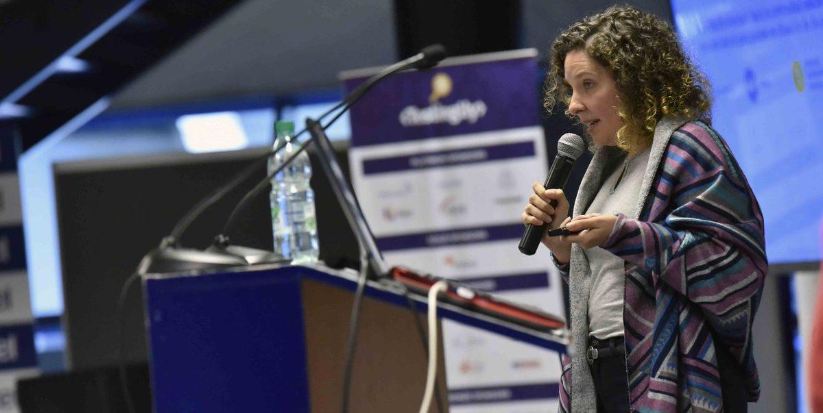 Fotografía que muestra a Gabriela Barrios, directora técnica de la FBL, dirigiéndose al público durante su presentación en la conferencia TestingUy