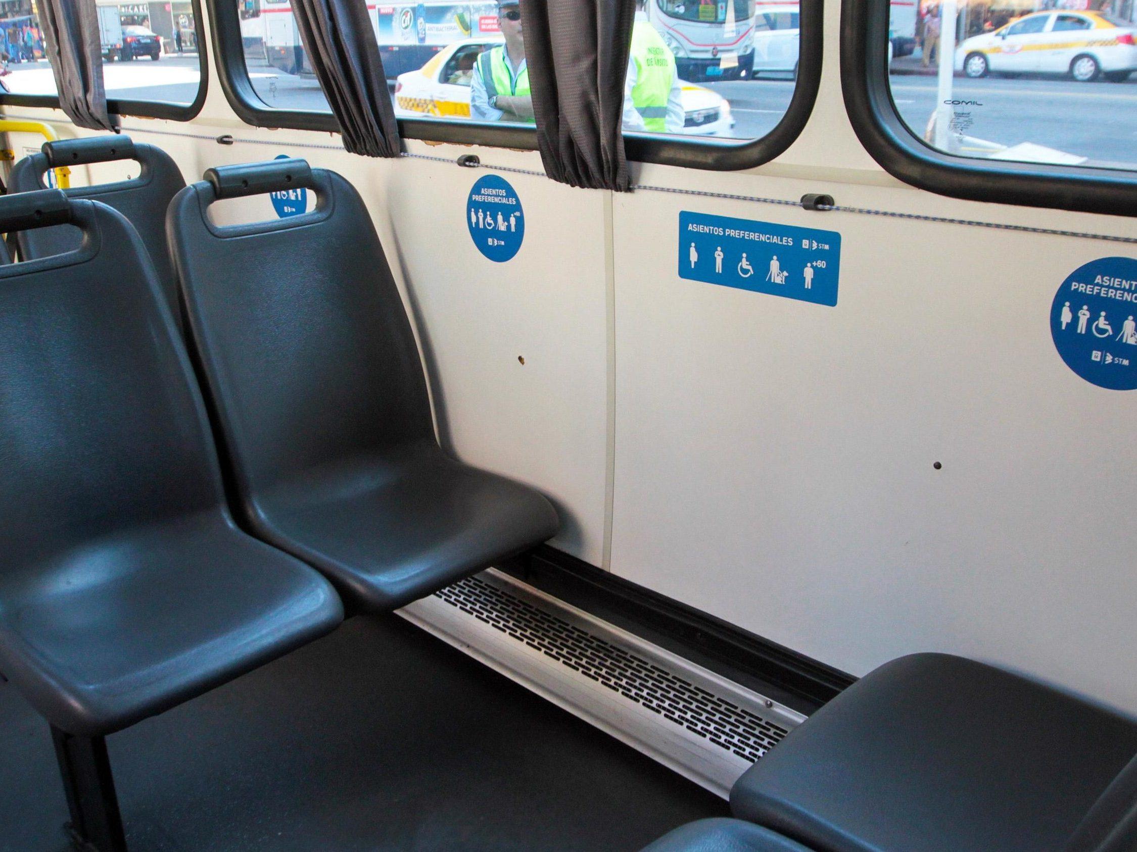 Imagen que muestra zona de asientos preferenciales para personas con discapacidad en el omnibus.