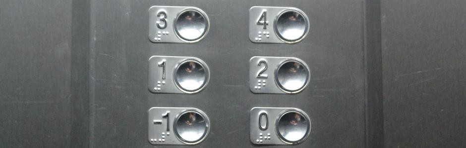 Imagen que muestra botonera de ascensor accesible para personas con discapacidad visual.