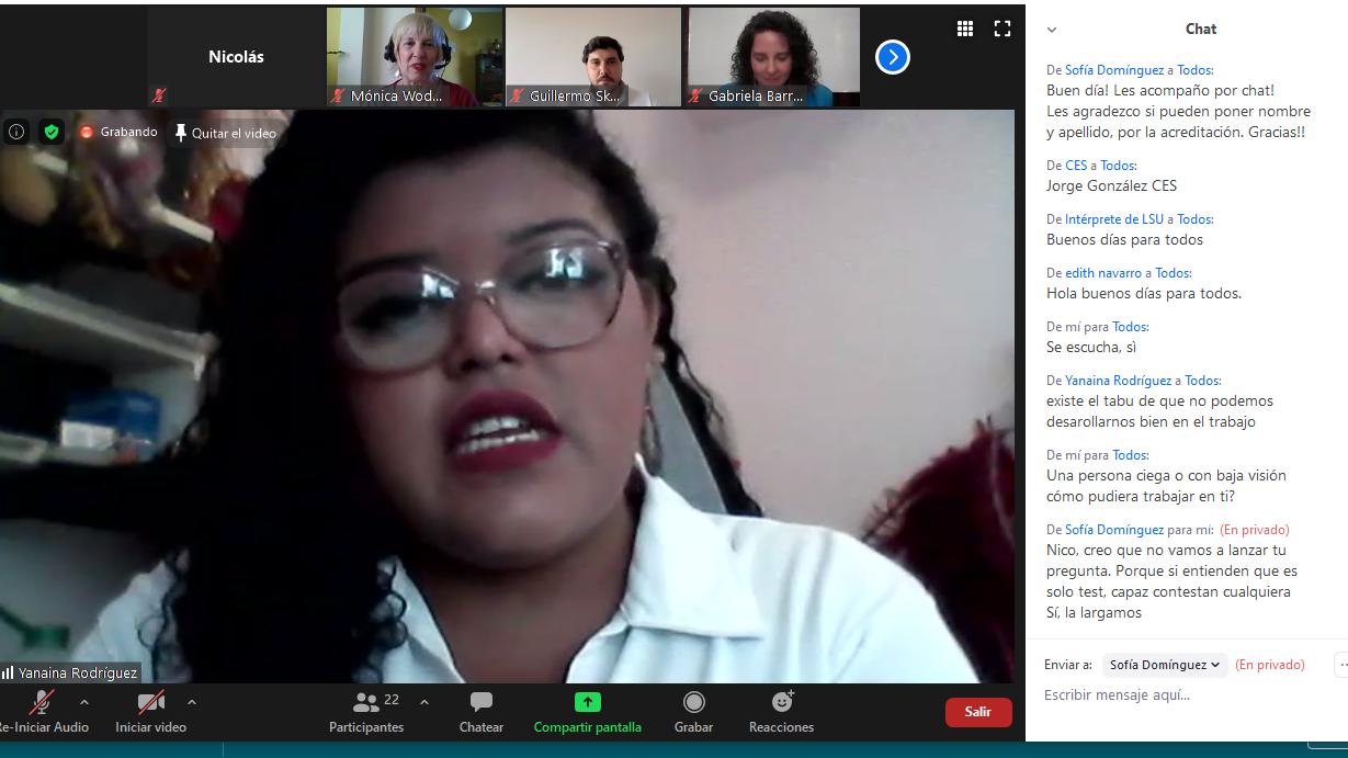 Captura de pantalla de la videoconferencia que muestra un primer plano de la estudiante Yanaina Rodríguez conversando con los exponentes del evento.