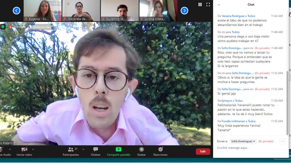 Captura de pantalla de la videoconferencia en la que se muestra a Juan Luis Platero en un patio exterior, conversando a los participantes del webinar.